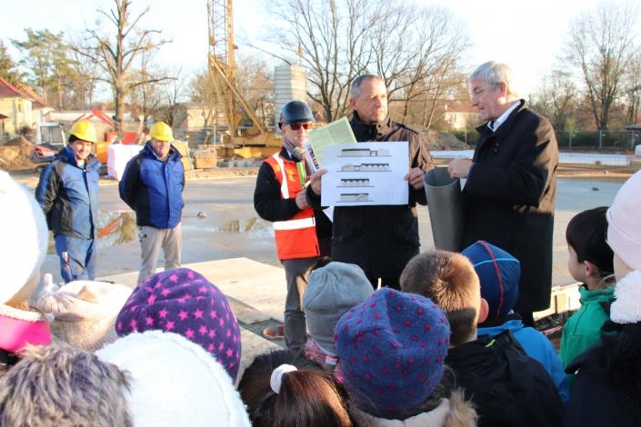 Baudezernent Thomas Zylla und Bürgermeister Heiko Müller (v. l.) erläutern die Pläne für den Hort-Bau.